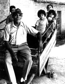 anciano y niños