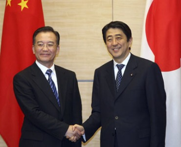 http://elproyectomatriz.files.wordpress.com/2011/03/chinese-premier-wen-jiabao-l-and-japanese-prime-minister-shinzo-abe-shake-hands-following-the-china-japan-joint-declaration-signing-ceremony-in-tokyo-april-11-2007.jpg?w=370&h=302